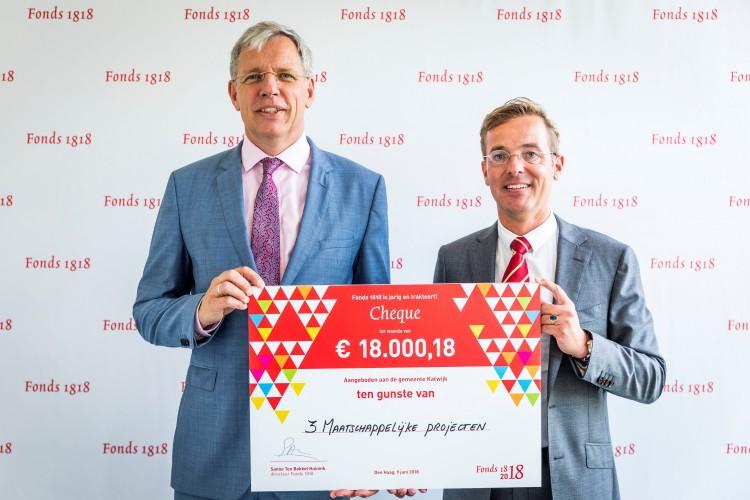 Cornelis Visser (links) ontvangt de cheque uit handen van Fonds 1818-directeur Sanne ten Bokkel Huinink. Foto door Valerie Kuypers.