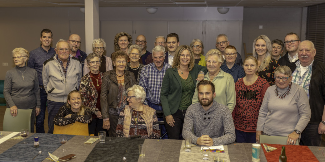 Groepsfoto raadsleden wethouders bezoekers Voorhof